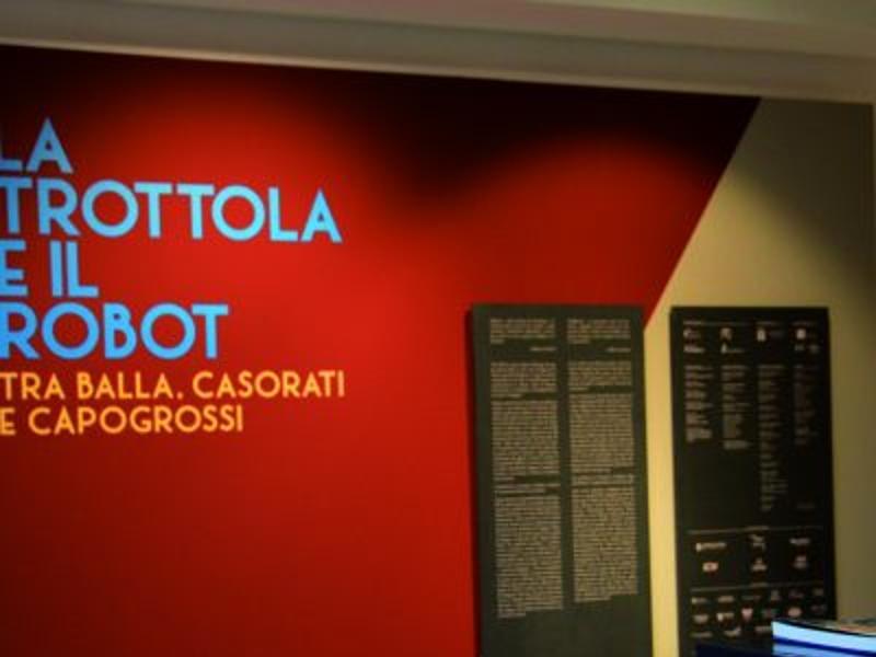 Foto ingresso della mostra La Trottola e il Robot.