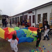 Gruppo di bambini che gioca.